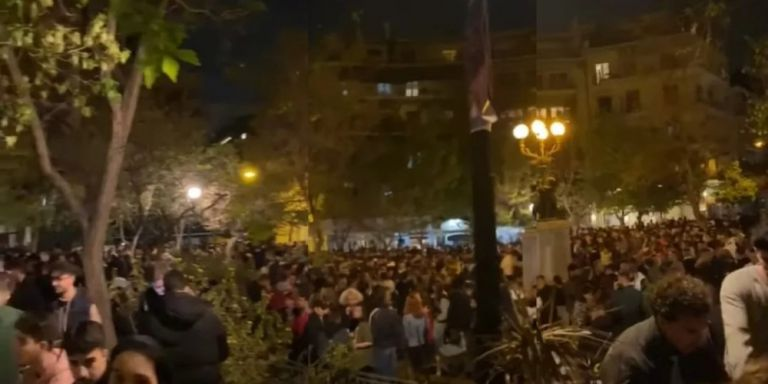 Lockdown: Κορονοπάρτι δίχως αύριο στις πλατείες – Ξεσάλωμα ξανά στην Κυψέλη από δεκάδες νέους [βίντεο]