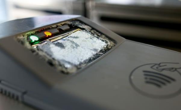 Νέοι βανδαλισμοί σε μηχανήματα ηλεκτρονικού εισιτηρίου στον ΗΣΑΠ