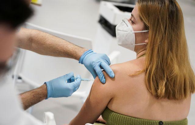 Ισπανία: Οι εμβολιασμοί επιβραδύνουν τη διασπορά κρουσμάτων – Η χώρα ετοιμάζεται για ενισχυτική τρίτη δόση